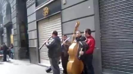 Napoli, una mini orchestra dà spettacolo in via Toledo