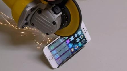 Prova a tagliare un iPhone 6 con il flex: ecco cosa succede