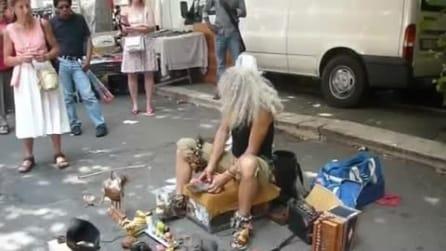 """L'originalissimo """"compositore"""" di strada a Roma"""