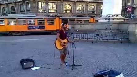 Artista di strada a Milano: chitarra e voce che incantano