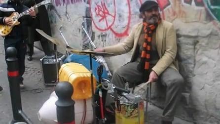 Una batteria improvvisata per strada a Napoli: un talento fuori dal comune