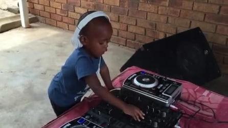 Ha solo due anni ma un talento incredibile alla console: il baby dj incanta il web