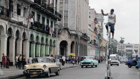 Cuba: costruisce la bici più alta del mondo (12 metri) per affrontare il traffico