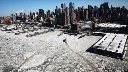 Manhattan coperta dal ghiaccio: il drone sorvola New York
