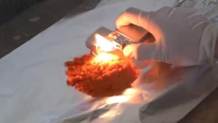Brucia della polvere rossa ma quello che succede vi lascerà senza parole