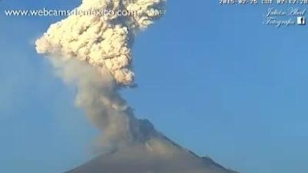 Messico, continua la spettacolare eruzione del Popocatepetl