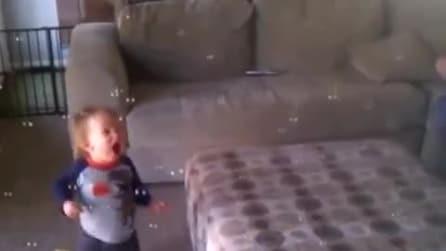 Il bambino e le bolle di sapone, che meraviglia!