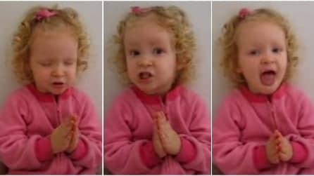 La bambina recita la preghiera più dolce che ci sia