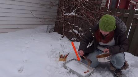 Versa uno sciroppo caldo sulla neve: guardate il risultato