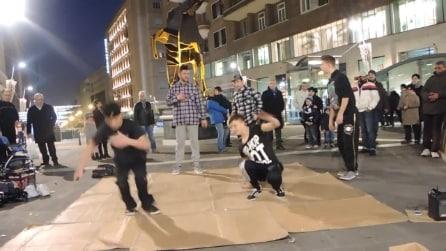Ragazzi ballano la break-dance a Napoli