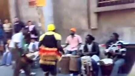 """Artisti di strada - Percussionisti a Napoli e la loro """"African Dance"""""""