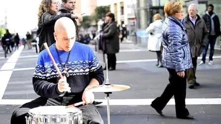 Napoli, batteria e sax per uno spettacolo in strada