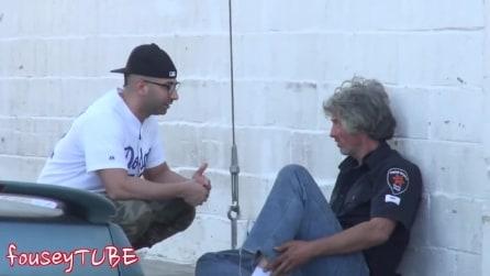 """""""Non ho le scarpe, puoi prestarmi le tue"""" ecco le reazioni della gente"""