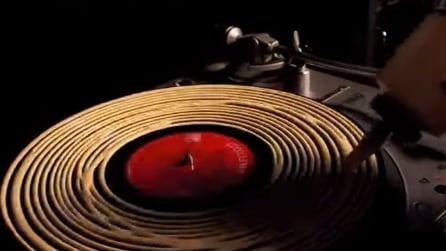 Mette la colla sul disco durante la riproduzione, il risultato finale è fantastico