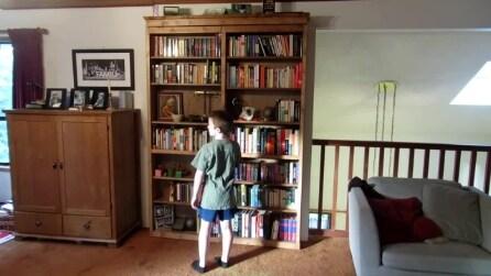 Non immaginerete mai cosa si nasconde dietro la libreria