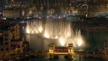 """Dubai, lo spettacolo delle fontane danzanti sulle note di """"The Prayer"""""""