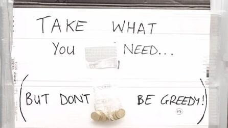 """""""Prendi ciò che ti serve"""", ecco chi svuota a sorpresa il sacchetto con i soldi"""