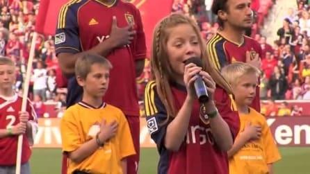 Ha solo 10 anni ma una voce divina: canta l'inno e tutto lo stadio resta sbalordito