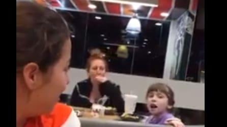 Inizia a cantare al fast food e tutti restano senza parole