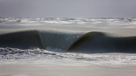 Onde semi-congelate nel New England, freddo record negli Usa