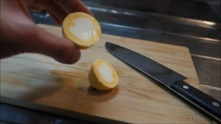 """Cuoce un uovo sodo """"invertendo"""" tuorlo e albume: ecco come ci riesce"""