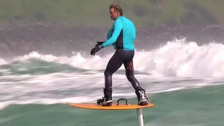 L'uomo che vola sulle onde: surfando a un metro dall'acqua