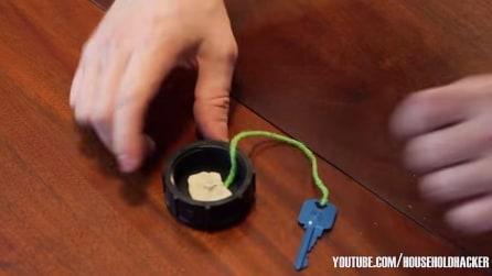 Fissa una chiave all'interno di un tappo, l'invenzione è geniale!