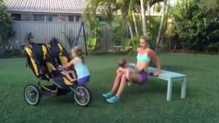 Solleva il suo piccolo per tenersi in forma, i particolari esercizi di una mamma