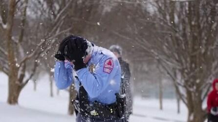 Bambina colpisce un poliziotto con una palla di neve, non vi aspetterete mai la sua reazione