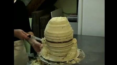 Guardando i primi passi non immaginerete mai che torta maestosa realizza
