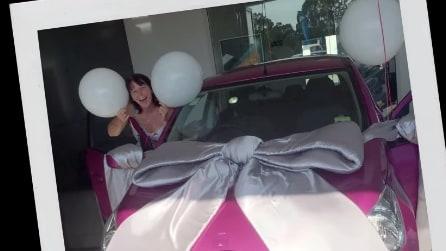 Regala a sorpresa un'auto alla mamma, la sua reazione