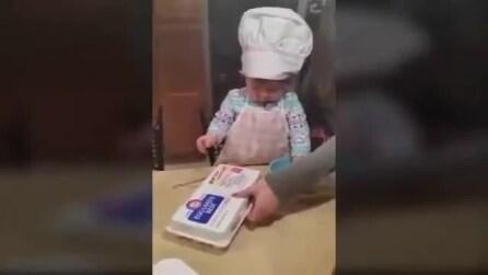 La piccola cuoca alle prese con le uova