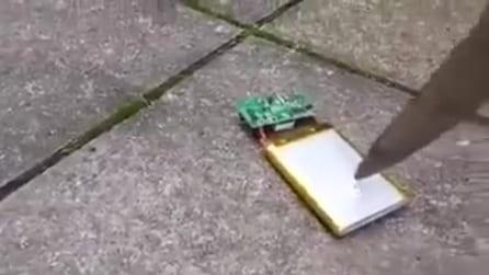 Ecco cosa succede a bucare la batteria di un cellulare