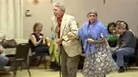 Sembra una normale coppia di anziani ma quando arrivano sulla pista da ballo inizia lo show