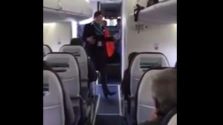 L'aereo sta per decollare, l'hostess inizia a ballare funky: ecco cosa è successo