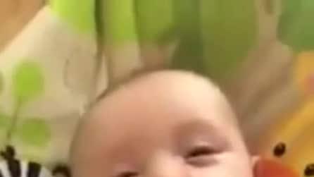 """Ha appena 7 settimane di vita, ma riesce già a dire """"Ciao"""" a mamma e papà"""