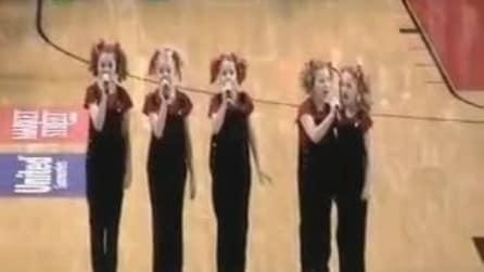 5 bambine cantano l'inno nazionale in un palazzetto, il pubblico è estasiato
