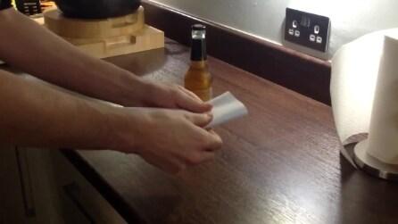 Come aprire una bottiglia con un foglio di carta
