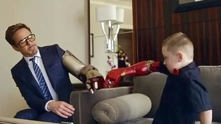 Robert Downey Jr. nei panni di Iron Man presenta la protesi bionica in 3D a un bambino di 7 anni