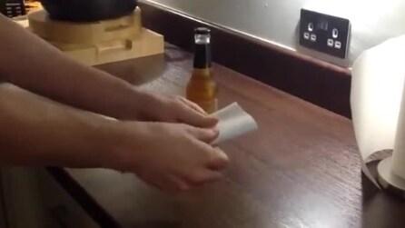 Se non hai l'apribottiglie usa un foglio di carta per aprire la tua birra