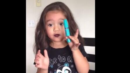 Bimba trova i trucchi della mamma e realizza un simpatico tutorial