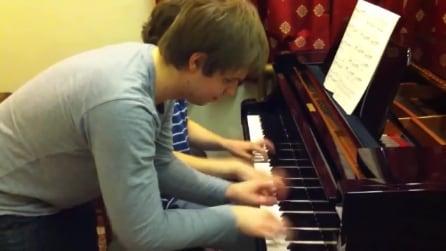 In due improvvisano un brano al pianoforte, il risultato è esilarante