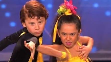 Così piccoli, così bravi: una coppia di bambini balla e diverte tutti