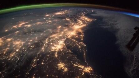"""L'aurora boreale incontra l'alba: uno spettacolo """"spaziale"""""""
