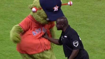La mascotte balla vicino alla security: ecco come reagisce un agente