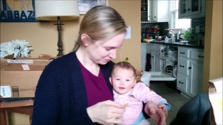 La bimba ride appena la mamma mangia una patatina