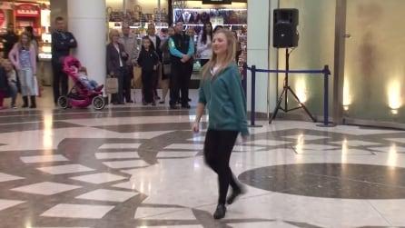 Una ragazza dà il via ad un balletto irlandese ed ecco cosa si scatena