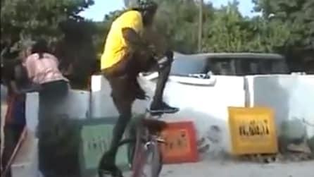 Si alza sulla bicicletta e dà vita ad un'esibizione spettacolare