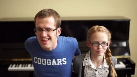 Sfida al piano tra papà e figlia: chi suona meglio 'Frozen Fever'?