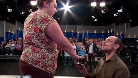 Per farsi perdonare le chiede di sposarlo: guardate lei come reagisce